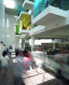 La Biblioteca de Bishan ofrece más de 250.000 títulos que se distribuyen en cuatro plantas y un sótano.  Las ventanas que sobresalen del edificio son realmente rincones de lectura para los lectores que quieren leer en silencio o usar sus computadoras portátiles allí.