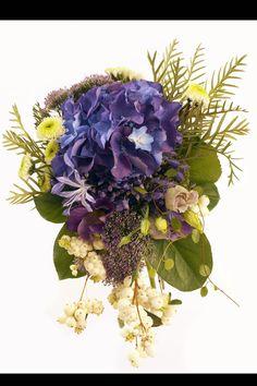 Como la noche y el día dos looks de novia distintos: Ramo de flores azules de bourguignon
