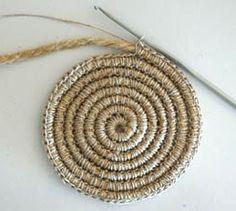 Avec de la corde et de la ficelle, vous pouvez faire toutes sortes de créations avec un simple crochet.. En crochetant de la corde avec de la ficelle, comme le montre l'image ci-dessus, vous pouve...