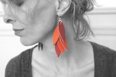 boucles d'oreille cascade de cuir orange et rouge : Boucles d'oreille par kate-yoko-creations