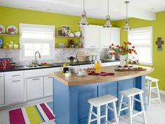 Küche mit Kücheninsel farbenfrohe Gestaltung