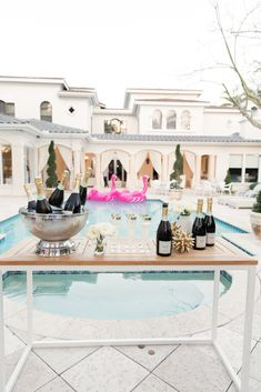 A Miami Backyard that Begs for Margaritas and Chill Champagner-Pool-Party Miami, Backyard Pool Parties, Backyard Pools, Pool Decks, Bachelorette Party Planning, Britt Bachelorette, Bachelorette Weekend, Fashionable Hostess, Pool Party Decorations