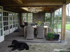 CottageStones verwerkt op de buitenhaard. De ruimte kan worden afgeloten met deuren. Zodat het zomers lekker koel is en in de winter lekker warm.