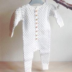 """128 synes godt om, 21 kommentarer – @mormorshaekleliv på Instagram: """"En dragt til lille V Opskriften er fra @strikdet #strik #strikket #strikning #knit #knitting…"""""""
