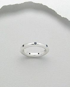 Inel deosebit argint 925 - safirInel deosebit realizat din argint 925 si cristale semi-pretioase de safir albastru.  Marime disponibila: 9 (SUA). Latime maxima: 3,5 mm. Greutate: 7,3 gr.