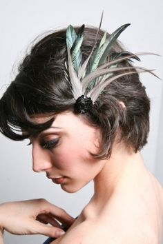Broches con plumas. Fascinator Hats, Headpiece, Fascinators, Fancy Hats, Hair Decorations, Head Accessories, Feathered Hairstyles, Flower Hair Clips, Hair Art