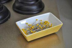 Dica para não perder alfinetes: colar ímãs na parte de baixo de um pratinho!