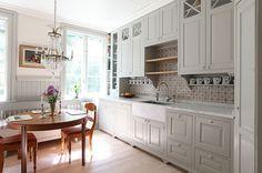 Sundby rökgrå 3 | Tradition | Produkter | Kvänum - Knoppar i porslin och bänkskivor i Carrara marmor med underlimmad diskho i stenen