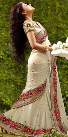 love that flower border sari n long hair want this one Fancy Sarees, Party Wear Sarees, India Fashion, Asian Fashion, White Fashion, Indian Dresses, Indian Outfits, Indian Clothes, Beautiful Saree