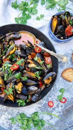 Gewokte mosselen met chorizo, tomaat en rode peper Stir-fried mussels with chorizo, tomato and red pepper Clam Recipes, Fish Recipes, Seafood Recipes, Great Recipes, Healthy Recipes, Mussels, Fish And Seafood, Food Inspiration, Love Food