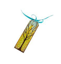 Barwna, malowana ręcznie zakładka do książki z motywem drzewa. Zakładka została zabezpieczona przed zniszczeniem bezwonnym lakierem akrylowym.  Wykonana ze sklejki, wymiary 4,5x15 cm, grubość 3 mm.  Wstążka atłasowa w kolorze niebieskim. Na załączonych zdjęciach widoczne są obie strony zakładki.  I ... Motto, Symbols, Letters, Outdoor Decor, Home Decor, Art, Art Background, Decoration Home, Room Decor