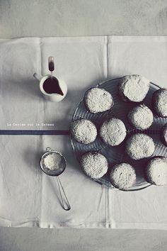 Beignets fourrés à la crème patissière à la vanille, sauce au chocolat