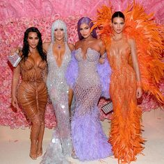 Of Course, Kim Kardashian Brought the Sexy to the Met Gala — Did You Expect Anything Less? - Kim Kardashian, Jennifer Lopez, Kylie Jenner et sa sœur Kendall - Kim Kardashian Kanye West, Estilo Kardashian, Estilo Jenner, Kardashian Style, Kardashian Jenner, Kourtney Kardashian, Kardashian Fashion, Kardashian Family, Kylie Jenner Outfits