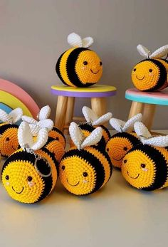 """Handmade 8/"""" Hot Pot Pad//Pot Holder with Hanger Set of 2 BUMBLE BEES ON YELLOW"""