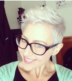 TREND: Elegant Sneeuwwit Blond Kapsel! - Korte Kapsels