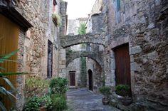 Carrers de Pals, al Baix Empordà. Costa Brava (Catalonia)