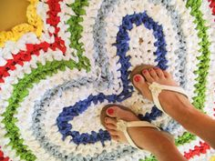 Apple Blossom Dreams: Love Is Alive...colorful rag rug with a link for free pattern !