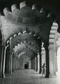 Doris Duke touring the Taj Mahal on her honeymoon with James Cromwell