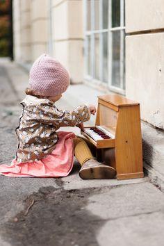 Little pianist, little piano Sound Of Music, Kinds Of Music, My Music, Piano Music, Little People, Little Ones, Little Girls, Aerosmith, Panda Bebe