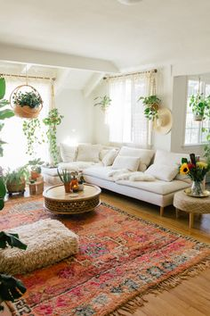 Attractive Bohemian Home Interior Design Ideas: Laid-back luxe bohemian interiors are the perfect balance to the conundrum of city life. Bohemian Interior Design, Bohemian Bedroom Decor, Home Interior Design, Interior Styling, Boho Room, Bohemian Living, Bohemian Style, Style Marocain, Modern Floating Shelves