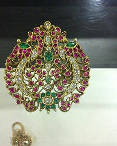 Traditional southindian cob ruby , uncut diam and emerald pendant in gold Antic Jewellery, Indian Jewellery Design, India Jewelry, Temple Jewellery, Jewellery Designs, Jewelry Design Earrings, Emerald Jewelry, Pendant Jewelry, Emerald Pendant