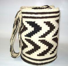 titulo 4  folclor demosofico:   artesanias:  Hoy en día, las artesanías de Colombia constituyen uno de los productos del mejor diseño e insu... Tapestry Bag, Tapestry Crochet, Dyi Crafts, Bead Weaving, Precious Metals, Handicraft, Cool Outfits, Wool, Pattern