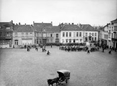 Aan het einde van de zomer, op 23 augustus 1914, arriveerden de eerste Duitse verkenners in Izegem. Dit verliep niet zonder slag of stoot; bij een korte schermutseling kwam één Belgische gendarme om het leven. Met dit incident was de oorlog in Izegem een feit.