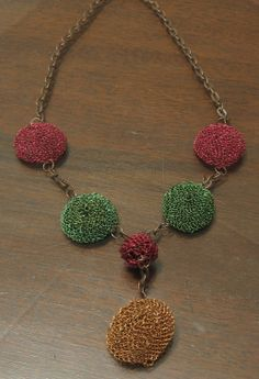 collar con accesorios tejidos en hilo de cobre tinturado