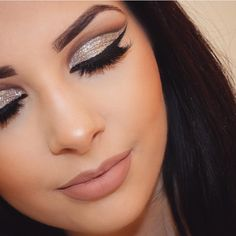 Gorgeous glitter cut crease with a lovely lip color @makeupbyjesshelfrich