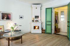 my scandinavian home- La chimenea y las puertas en dos tipos de verde me apasionan