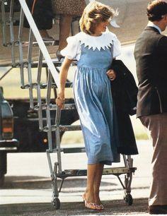 Le 20 août 1984: le prince Charles et la princesse Diana avec le prince William d'arriver à l'aéroport d'Aberdeen, en Écosse.
