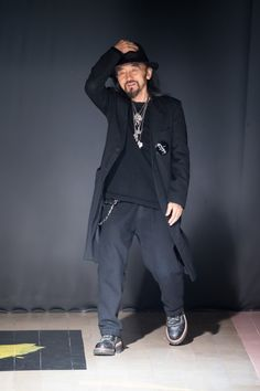 ヨウジヤマモト(Yohji Yamamoto) 2015-16年秋冬コレクション Gallery105 Yoji Yamamoto, Y 3 Yohji Yamamoto, Japan Fashion, Mens Fashion, Fashion Photography Art, Japanese Fashion Designers, Nigo, Rei Kawakubo, All Black Outfit