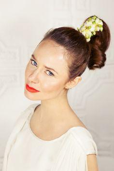 sesja styliwowana / kwiaty we włosach / koncepcja, makijaż i fryzura. Studio Szminka  modelka. JO Grzeskowiak/ Gaga  fotograf. Klaudyna Mlynarska photography kreacja: ANNA-GALERIA UBIORU  florystyka: INNA Studio