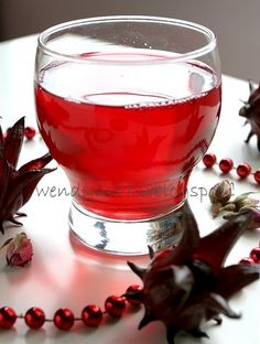 Rosella, or roselle are what some call the Ribena Flower. The whole thing is actually a fruit, not a flower. What seemed to be the petals a. Valentine's Day Drinks, Yummy Drinks, Beverages, Heath Food, Ribena, Red Cocktails, Alcohol Recipes, Cordial, Wine Making