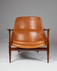 Rosewood and cognac leather. Height of the chair. H: 61 cm& W: 79 cm& D: 75 cm& 29 Seat height: 35 cm& 13 Dimensions of the stool. H: 36 cm& W: 56 cm& D: cm& 17 Danish Modern Furniture, Cool Furniture, Furniture Design, Mid Century Chair, Mid Century Furniture, Nordic Design, Scandinavian Design, Ps Lounge, Antique Decor