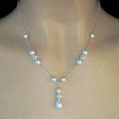 Estos pendientes están disponibles en perlas de color blancas o marfil. Perlas de lágrima de cristal de Swarovski son cubiertas con tapas de plata pequeñas, bolas de diamantes de imitación de cristal y pequeñas perlas de cristal. Cuelgan de cables de oreja de plata de ley y medida 1 3/8 pulgadas desde la parte superior hacia abajo. El collar que también está disponible en mi tienda. https://www.etsy.com/listing/163477943/bridal-pearl-necklace-pearl-and-crystal?ref=shop_home_active_13 La…
