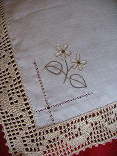 Olá!   Obrigada pelos vossos comentários de apoio e amizade!   Aos poucos fui-me animando, peguei nas minhas agulhas e comecei a bordar... Crochet Boarders, Free Crochet Doily Patterns, Hand Embroidery Patterns, Baby Knitting Patterns, Crochet Designs, Crochet Doilies, Crochet Twist, C2c Crochet, Crochet Poncho
