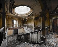 Locais abandonados em Portugal vão desde palácios esquecidos pelos herdeiros, conventos reconquistados pela natureza, a restaurantes deixados ao abandono.