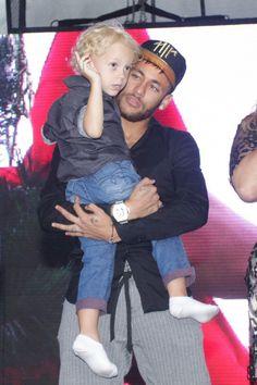 Neymar montre le bon exemple à son fiston. Sportif engagé, le jeune papa a embarqué son Davi Lucca adoré à l'inauguration de son projet associatif...