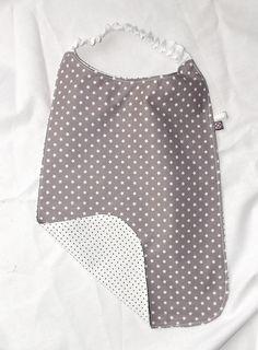 Tuto d'une serviette élastiquée grand modèle, adaptée à la maternelle. Idéale pour les enfants de 3 à 6 ans, s'enfile facilement et protège les vêtements !