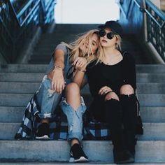 Chicas sentadas sobre una escalera conversando