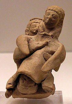 Sage-femme assistant une parturiente, figurine en terre cuite de Chypre, début du Ve siècle av. JC. Musee National Archéologique d'Athènes.