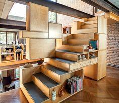 escada acoplada à estante, projetada pela arquiteta Renata Pati e pelo designer Claudio Correa. (Foto: Edu Castello/Casa e Jardim)
