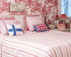 Romanttinen makuuhuone sai koristeekseen Suomen ja Iso-Britannian lippujen malliset tyynyt. Idea niihin tuli prinssi Williamin ja herttuatar Catherinen häistä.