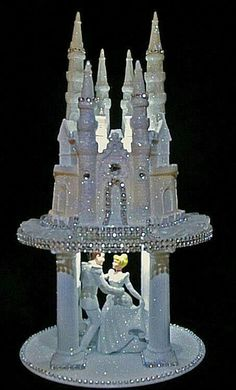 Cinderella and her prince in their castle cake Beautiful Wedding Cakes, Beautiful Cakes, Amazing Cakes, Castle Wedding Cake, Castle Cakes, Kale Pasta, Disney Cakes, Unique Cakes, Fancy Cakes