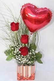Resultado de imagem para arranjo de mesa flores com balão metalizado coração pequeno