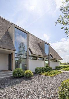 Metaglas B. Villa moderna com grandes janelas de vidro - architectenweb. Modern Barn House, Modern House Design, Modern Exterior, Exterior Design, Casa Loft, Architectural Styles, House Extensions, House Goals, Home Fashion