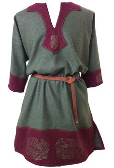 Mmmmhhhh something like this. i think the collar would look different Viking Tunic, Medieval Tunic, Viking Garb, Norse Clothing, Medieval Clothing, Historical Clothing, Costume Viking, Medieval Costume, Moda Medieval