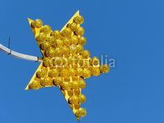 Gelber Stern mit gelben Lampen vor blauem Himmel in Helpup bei Oerlinghausen in Ostwestfalen-Lippe