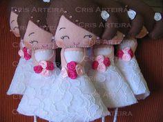 Buquê de noivinhas | Cris Arteira | Elo7 Felt Diy, Felt Crafts, Pretty Dolls, Homemade Crafts, Felt Dolls, Star Patterns, Stuffed Toys Patterns, Burlap Wreath, Needle Felting